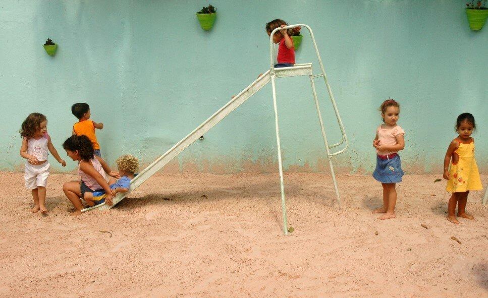 מתקני שעשועים לילדים לגינה